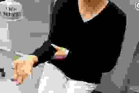 Người phụ nữ bị tê liệt và biến dạng bàn tay vì sử dụng smartphone quá nhiều
