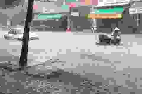 """Nhiều tuyến đường tại Thanh Hóa ngập """"như sông"""" sau mưa lớn"""