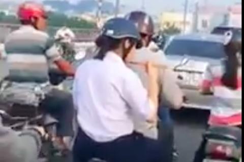 Vội đến trường, nữ sinh ăn mì tôm ngay trên xe máy