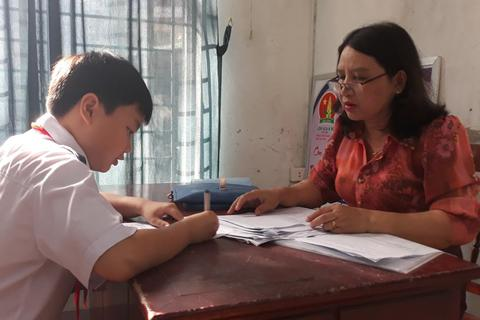 Học sinh THCS làm bài kiểm tra 1 tiết bằng đề chung