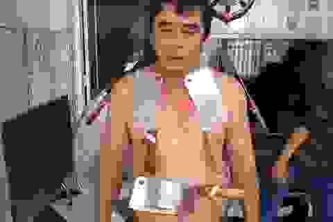 Kỳ lạ người đàn ông có khả năng hút dính kim loại và đá