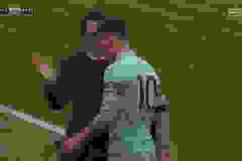 Bị thay ra sân, Mesut Ozil ném găng tay, không thèm bắt tay HLV