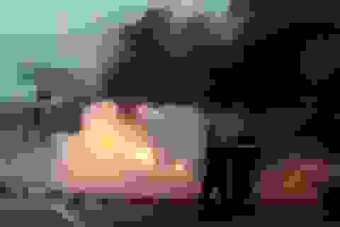 Hà Nội: Ùn tắc kéo dài vì xe chở mùn cưa bốc cháy