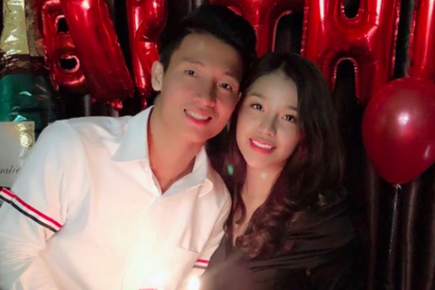 Trung vệ Bùi Tiến Dũng U23 Việt Nam mừng sinh nhật ngọt ngào, chính thức công khai bạn gái