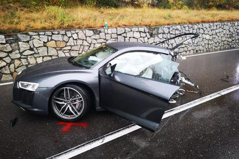 Siêu xe R8 bị xé đôi sau va chạm, tài xế bình an vô sự