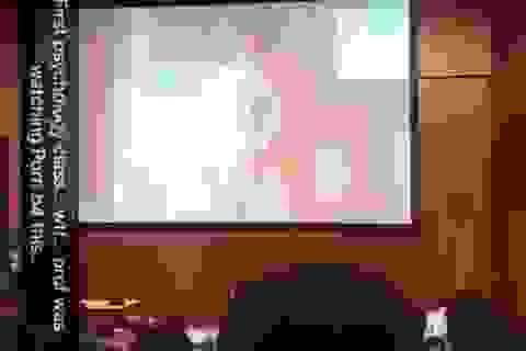 Giảng viên đại học vô tình phát nhầm phim khiêu dâm trước 500 sinh viên