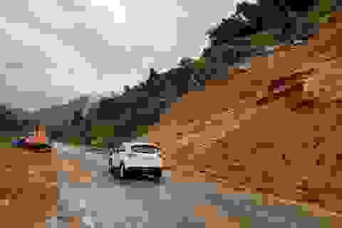 Sạt lở 1.000m3 đất đá trên đèo Khánh Lê sau mưa lớn