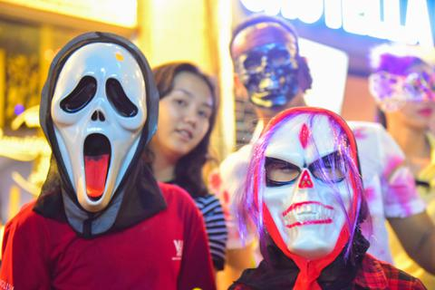 """""""Ma quỷ"""" tràn về trung tâm Sài Gòn đêm Halloween"""