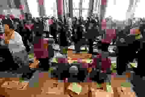 """Phụ huynh Hàn Quốc tập trung cầu nguyện, """"nín thở"""" trước kỳ thi Đại học """"sinh tử"""""""
