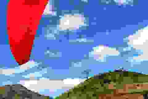 Mạo hiểm với môn thể thao dù lượn trên núi lửa Chư Đăng Ya