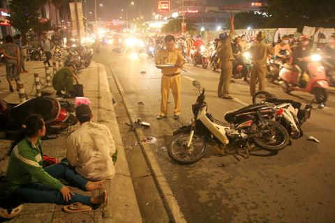 Ô tô tông nhiều xe máy ở Sài Gòn, 1 người chết, 4 người bị thương