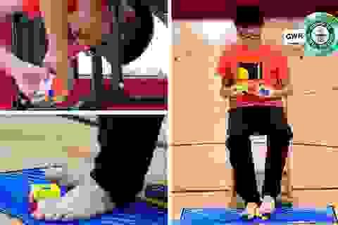 Cậu bé lập kỷ lục thế giới khi giải 3 khối rubik bằng cả tay và... chân