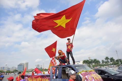 Cổ động viên diễu hành cổ vũ đội tuyển Việt Nam gặp Malaysia