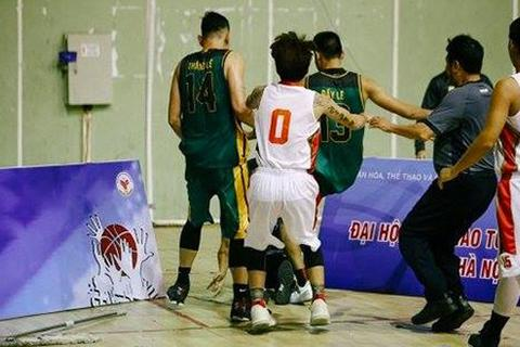 Cầu thủ bóng rổ Cần Thơ đánh trọng tài