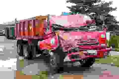 """Quốc lộ """"nát bươm"""", hàng loạt xe tải gặp nạn trong đêm"""