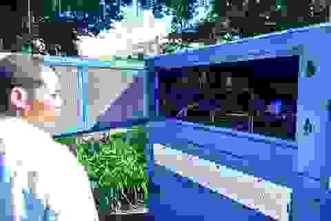 Người dân tò mò về máy lấy nước uống từ không khí đặt bên hồ Gươm