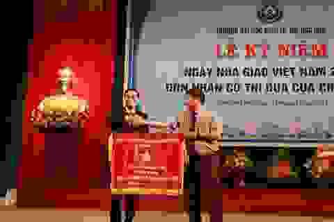 Trường Đại học Kinh tế Huế đón nhận cờ thi đua của Chính phủ