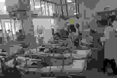 Sập giàn giáo trong buổi lễ 20/11, nhiều học sinh vào viện cấp cứu