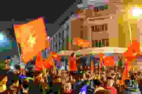 Hàng nghìn cổ động viên đổ về hồ Gươm ăn mừng chiến thắng trước Campuchia