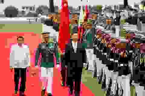 """""""Chuyện lạ"""" về bức tranh và quốc kỳ khi ông Tập Cận Bình thăm Philippines"""