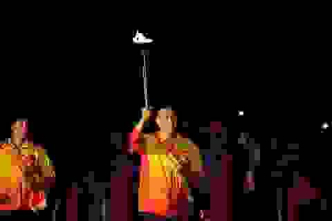 Xạ thủ Hoàng Xuân Vinh rước đuốc tại lễ khai mạc Đại hội TDTT toàn quốc 2018