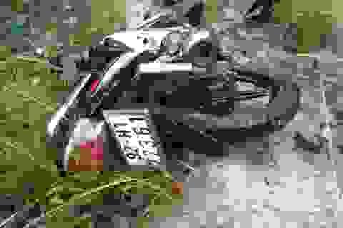 Phát hiện thi thể nằm cạnh xe máy sau đêm mưa