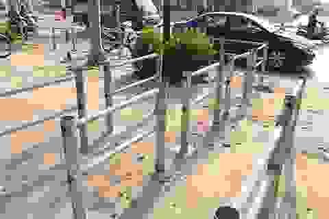 """Rào sắt """"cực chẳng đã"""" trên vỉa hè Hà Nội ngăn xe máy đi ngược chiều"""