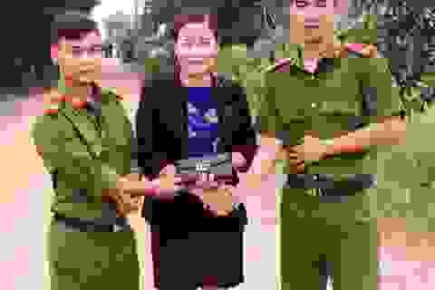 Hai chiến sĩ công an trả lại chiếc ví chứa hàng chục triệu đồng cho phụ nữ bị mất
