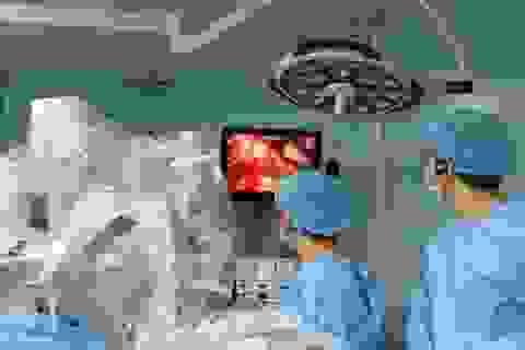 Robot phẫu thuật cứu người mẹ mang song thai nhiễm trùng đường mật