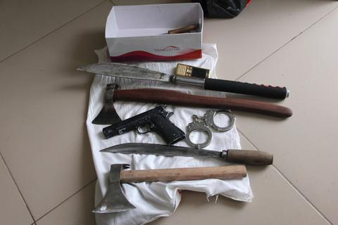 Thủ nhiều vũ khí trong nhà để... phòng thân
