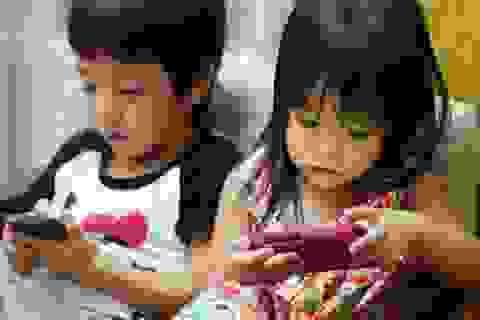 """Bé 4 tuổi suýt hỏng mắt vì """"nghiện"""" smartphone - Lời cảnh báo cho các bậc phụ huynh"""