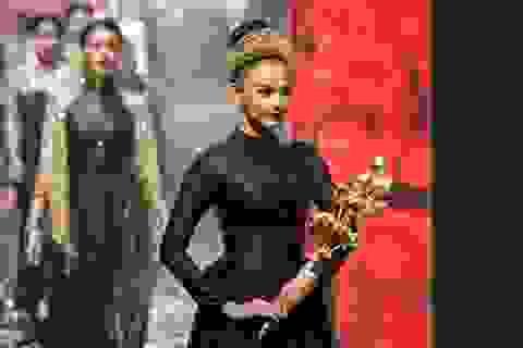 Á hậu Trương Thị May ôm sen vàng 7kg lên sàn diễn