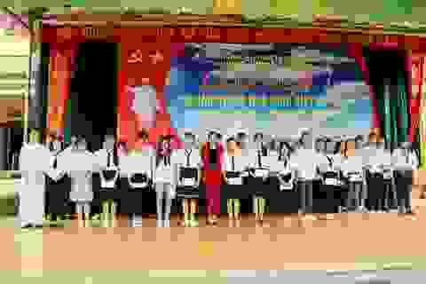 Về thăm trường cũ, nữ doanh nhân trẻ tặng học bổng đến học sinh hiếu học