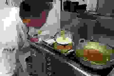 Đầu bếp Nhật khuấy đồ ăn trong chảo dầu sôi bằng... đôi tay trần