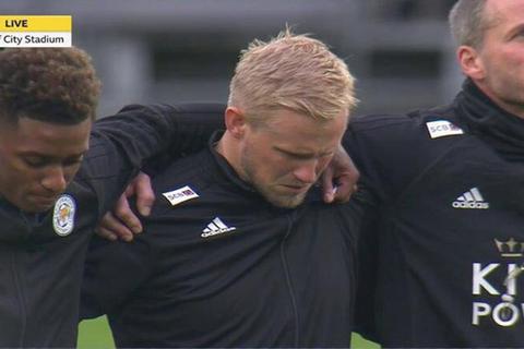 Ngôi sao Leicester City bật khóc trong phút mặc niệm ông chủ người Thái