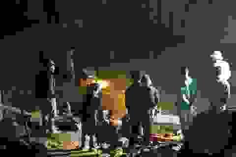 Hòa Bình: Người thân trắng đêm chờ tìm hai phu vàng mắc kẹt trong hang sâu