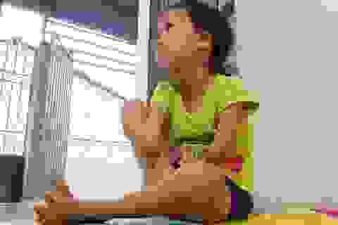 Cô bé 9 tuổi cụt hai tay, viết chữ đẹp như máy khiến bao người cảm phục
