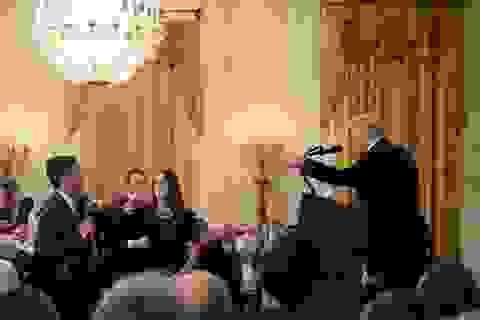 """Nhà Trắng """"cấm cửa"""" phóng viên đấu khẩu với Tổng thống Trump"""