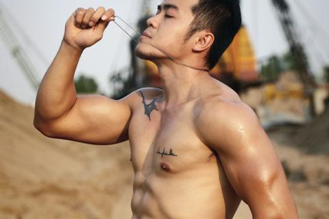 """Cơ bắp 6 múi """"vạn người mê"""" của chàng trai mê gym 29 tuổi"""