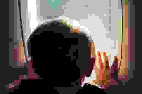 Người đàn ông nhường ghế hạng nhất cho người mẹ đưa con nhỏ đi xa chữa bệnh