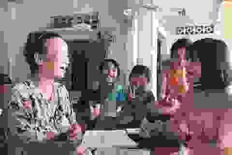 Trao tiền bạn đọc hỗ trợ 2 cô giáo tận tâm với học trò nghèo