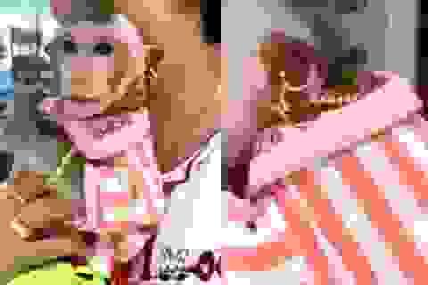 Chú khỉ nhà đại gia: Vàng lủng lẳng, xài dưỡng da, ăn nho Mỹ