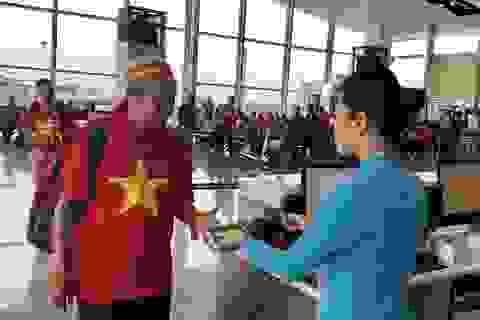 """Hàng ngàn CĐV mang """"biển"""" cờ đỏ sao vàng sang Malaysia cổ vũ tuyển Việt Nam"""