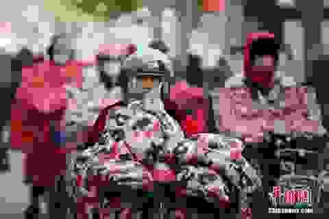 """Người Trung Quốc... """"trùm chăn"""" ra đường trong đợt rét kỷ lục"""
