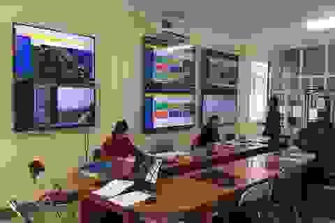"""Những người cả ngày """"soi"""" màn hình kiểm tra tình trạng xả thải ở Formosa"""