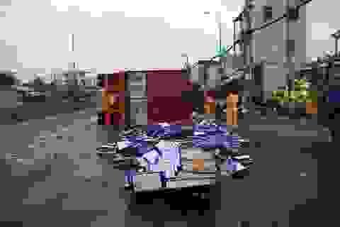 """Xe chở bia lật nhào, nhiều người tranh thủ """"hôi"""" bia"""