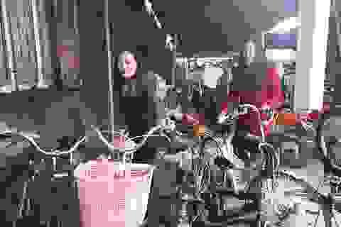 Nhóm cô giáo đi xin xe đạp cũ về sửa lại tặng cho học sinh nghèo