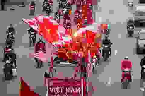 Cổ động viên đốt pháo sáng, diễu hành trước trận Việt Nam - Malaysia tại Mỹ Đình