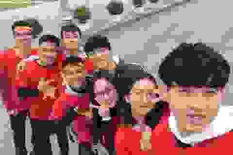 Sinh viên đội mưa rét làm MV cổ vũ ĐT Việt Nam trước trận chung kết AFF Cup