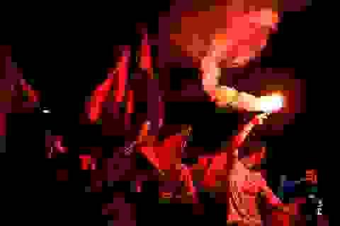 Sài Gòn rực pháo sáng ăn mừng chiếc cúp đợi chờ 10 năm
